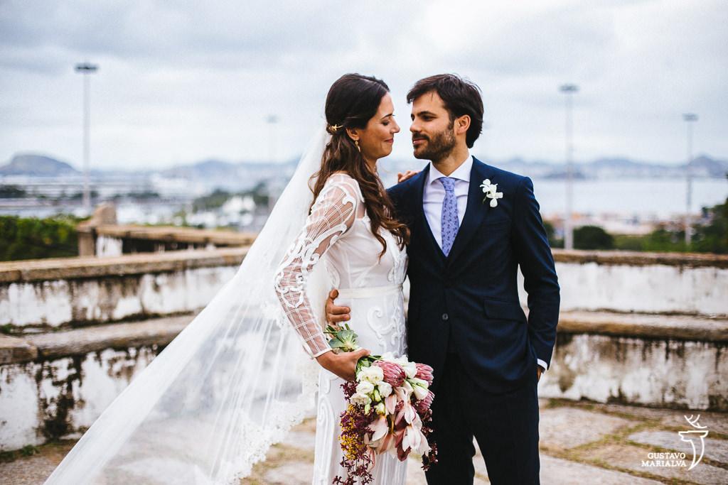 retrato dos noivos com a baia de guanabara de fundo