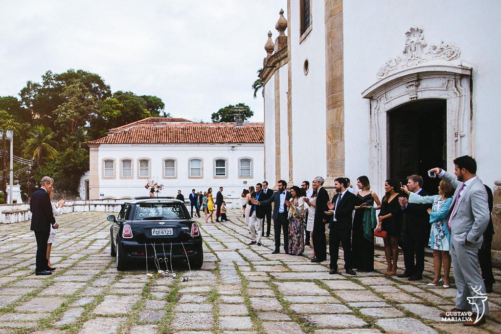 noivos indo de carro para a festa de casamento