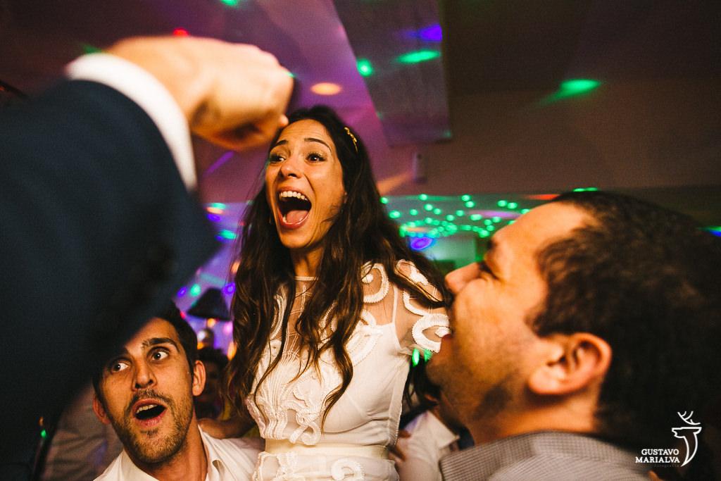 noiva gritando na festa de casamento