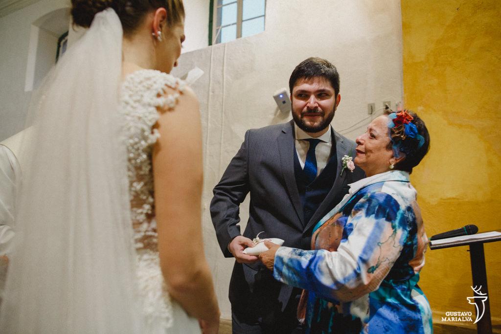 noivo emocionado recebendo a avó na cerimônia de casamento