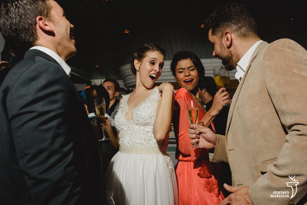 noiva e amiga dançando na festa de casamento