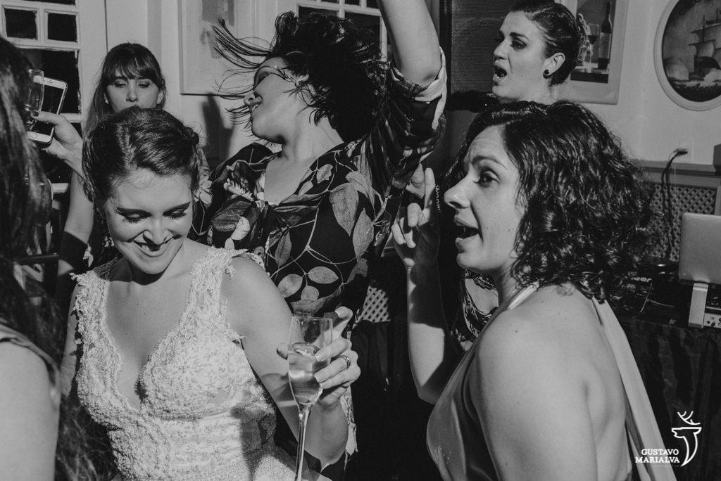noiva e amigas dançando
