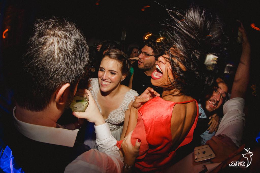 noivos e amigos gritando na festa de casamento