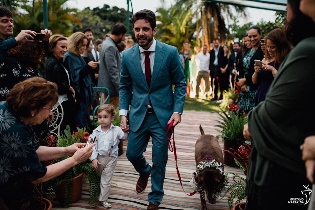 noivo entrando com pajem e cachorro na cerimônia de casamento