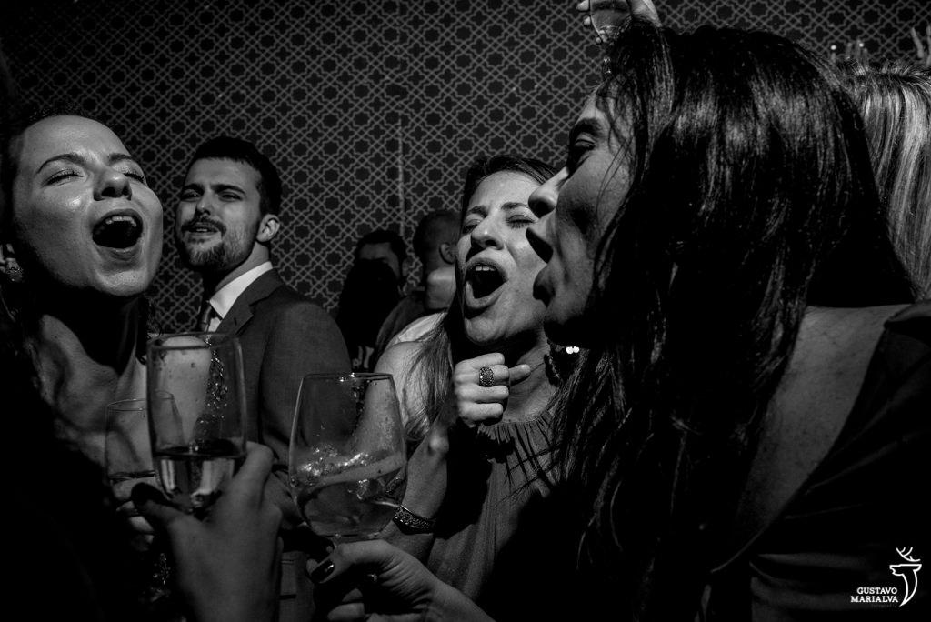 amigas cantando na festa de casamento
