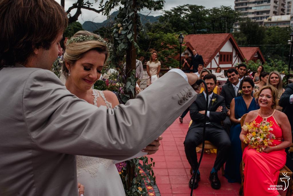 noiva chorando com discurso da avó na cerimônia de casamento