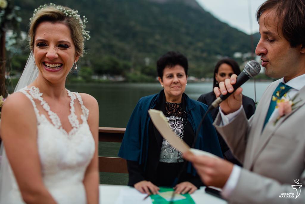 noiva sorrindo durante a cerimônia de casamento