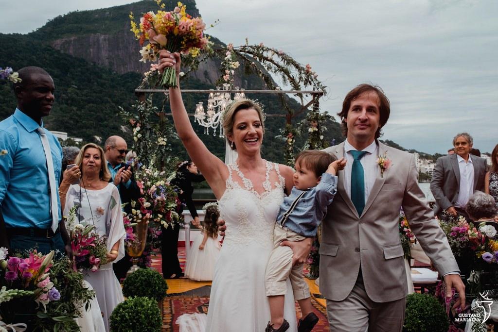 noivos emocionados saindo da cerimônia de casamento
