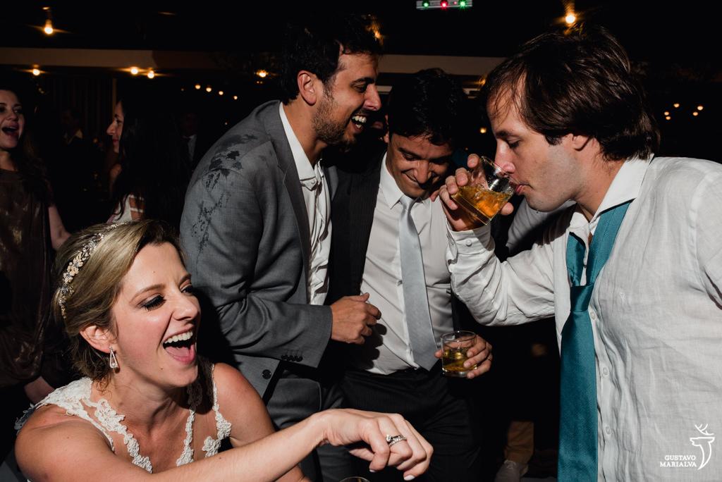 noivos e amigos dançando