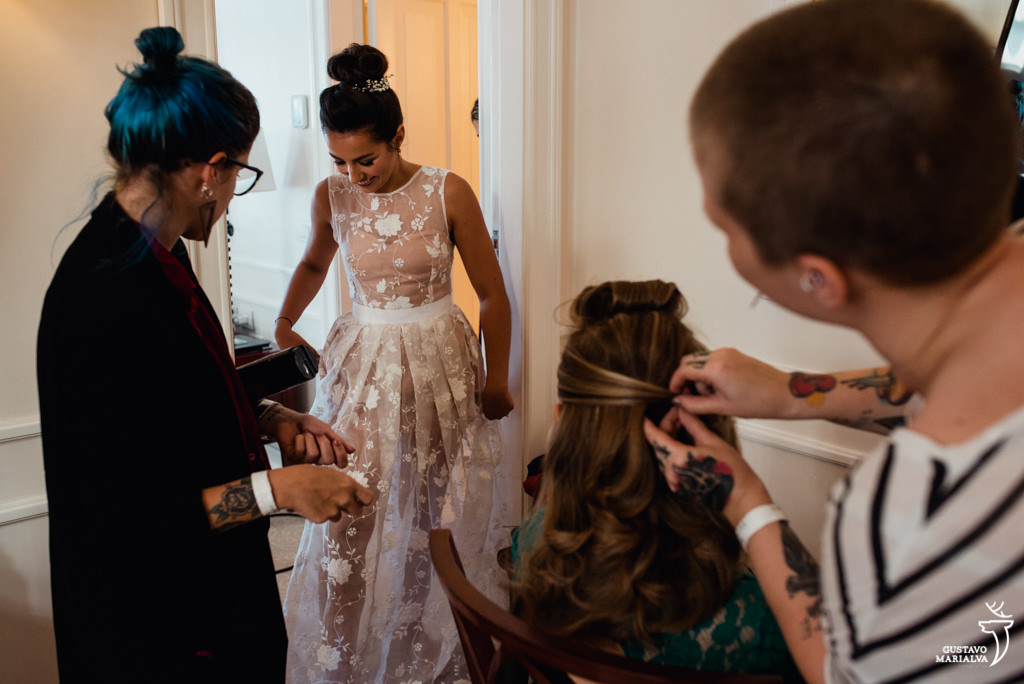 noiva pronta e mãe admirando o vestido