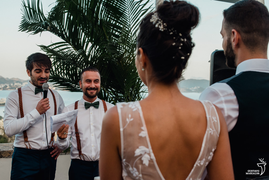 amigos celebrando o casamento