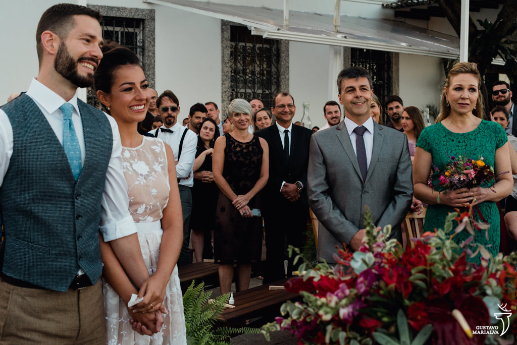 convidados emocionados na cerimônia de casamento