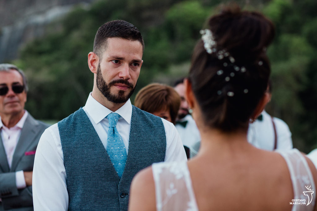 noivo emocionado na cerimônia de casamento