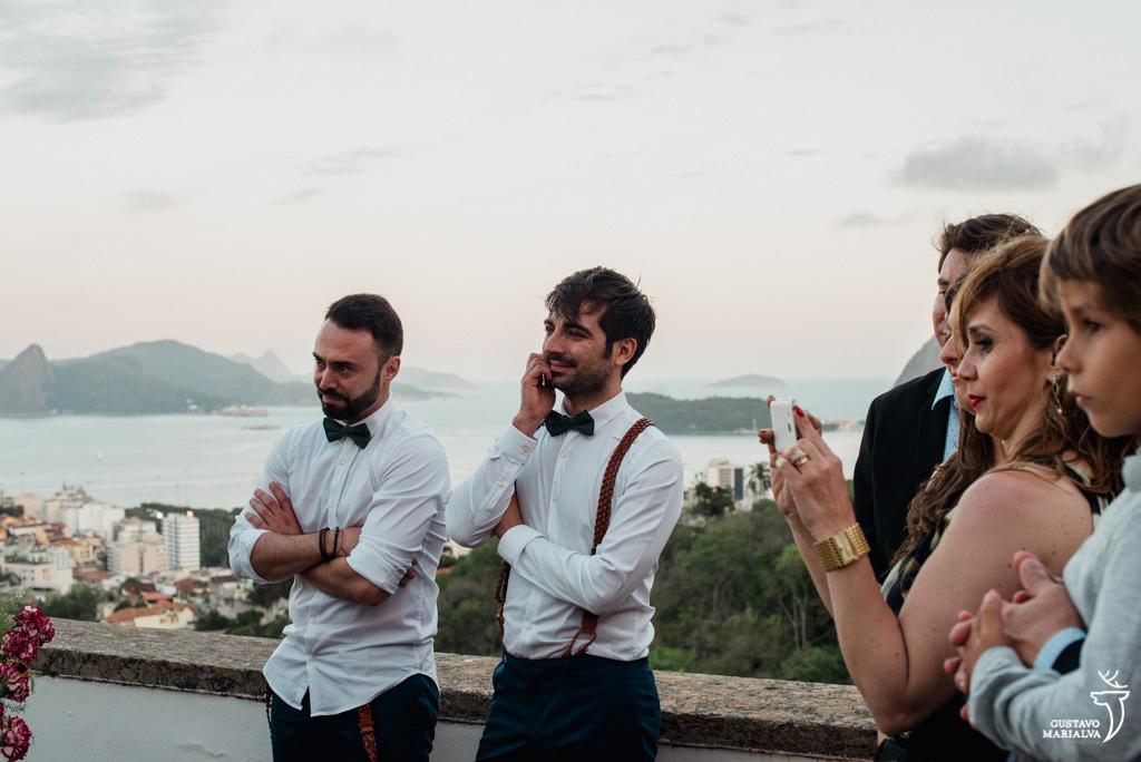 padrinhos sorrindo emocionados na cerimônia de casamento