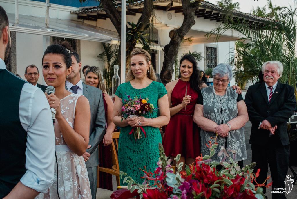 mãe da noiva e convidados emocionados