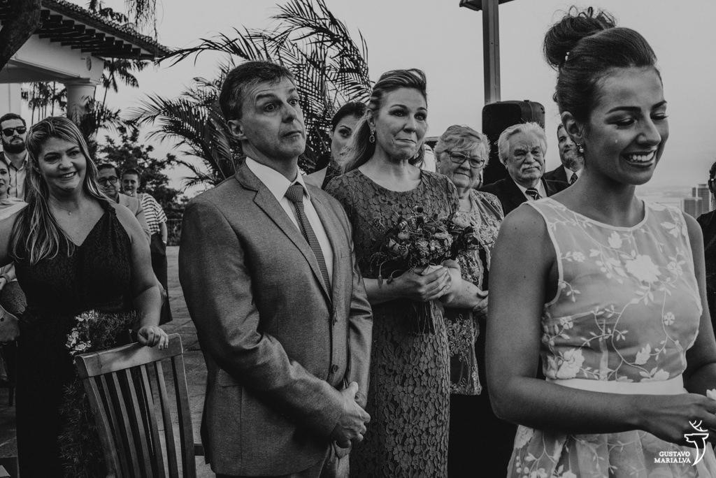 noiva e pai chorando na cerimônia de casamento