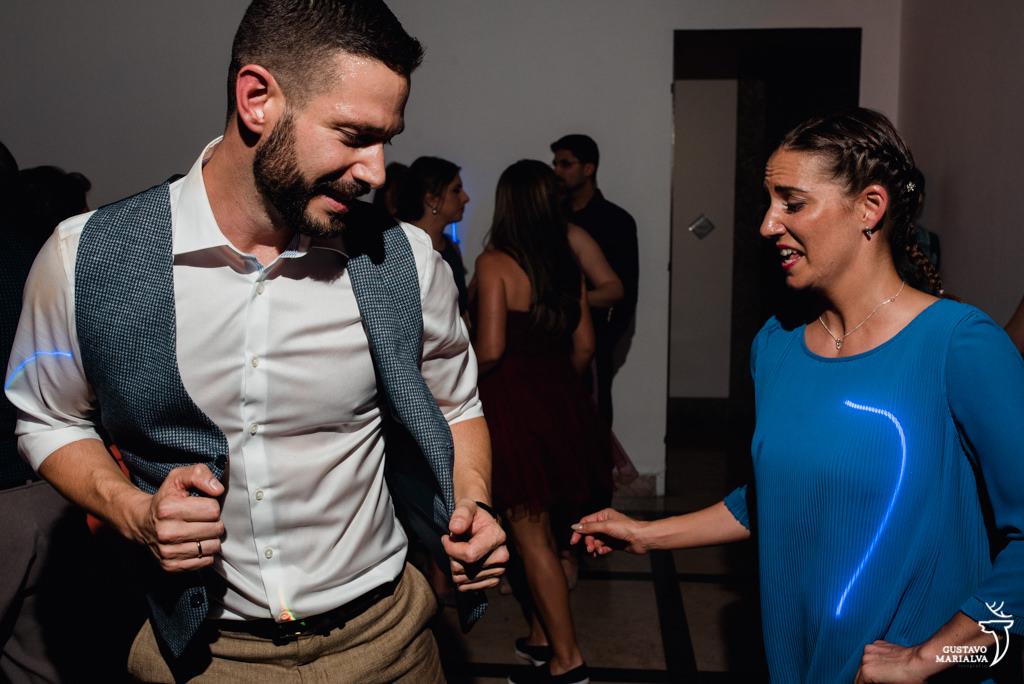 noivo e amiga dançando