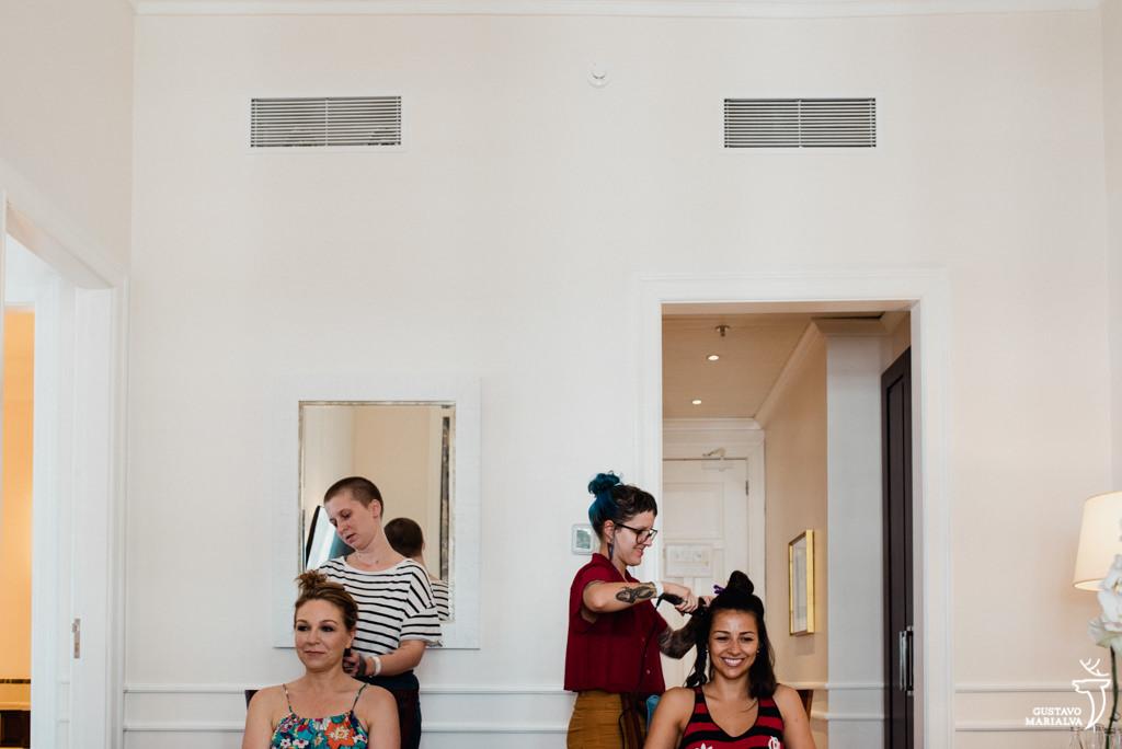 noiva e mãe arrumando o cabelo no making of do casamento