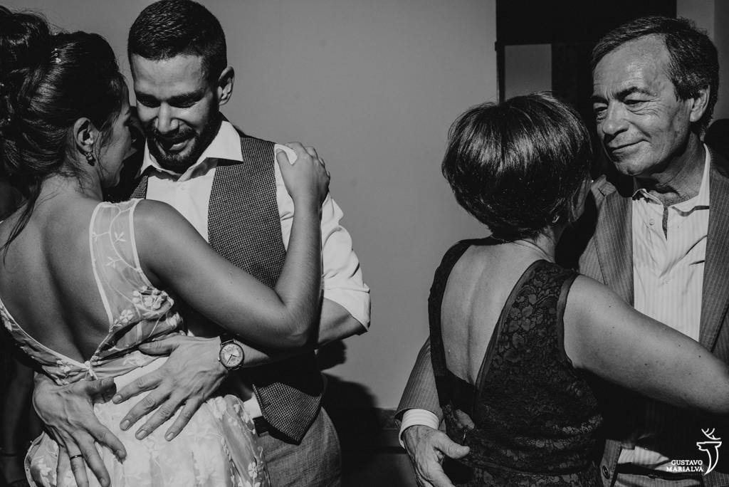 noivos e pais dançando