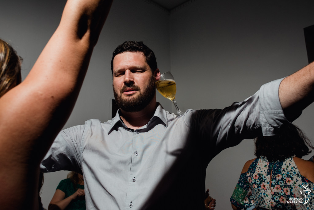 convidado equilibrando copo de cerveja na cabeça