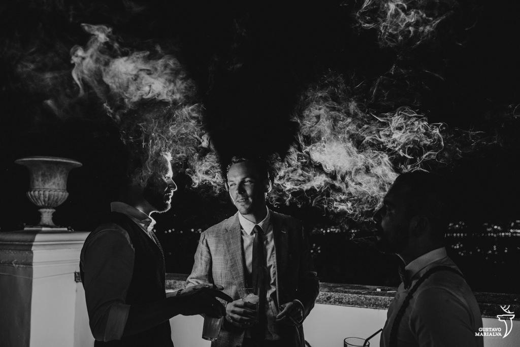 noivo e amigos fumando charuto