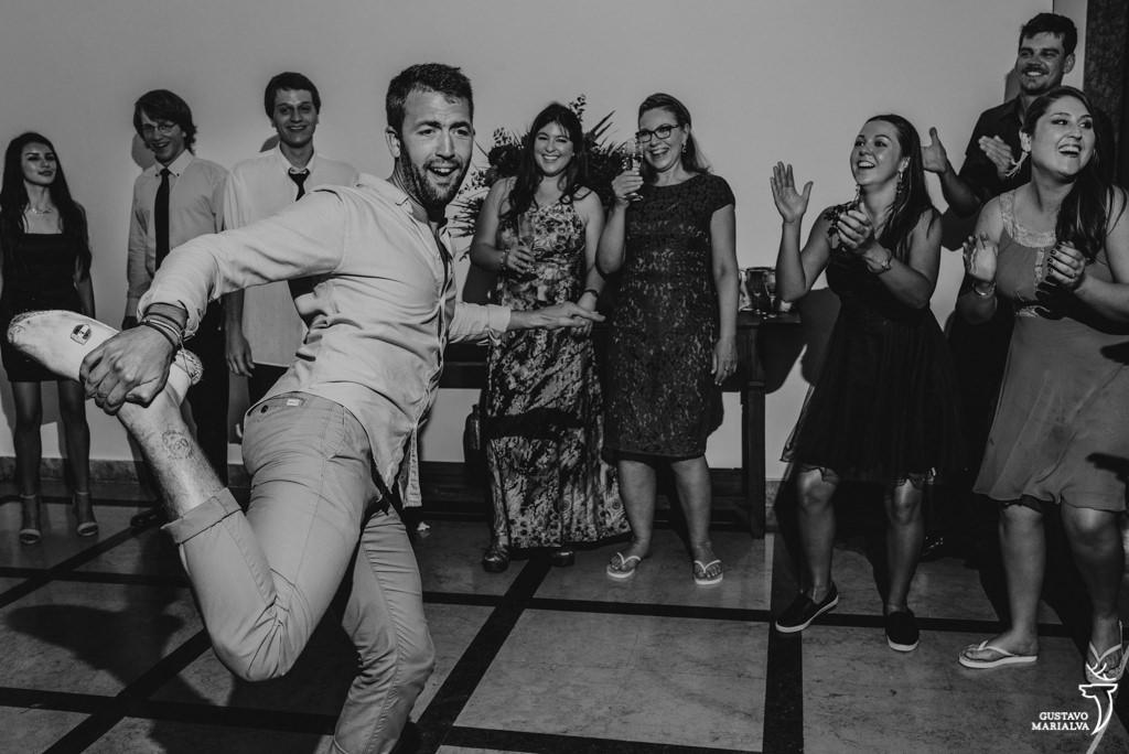 convidado dançando engraçado