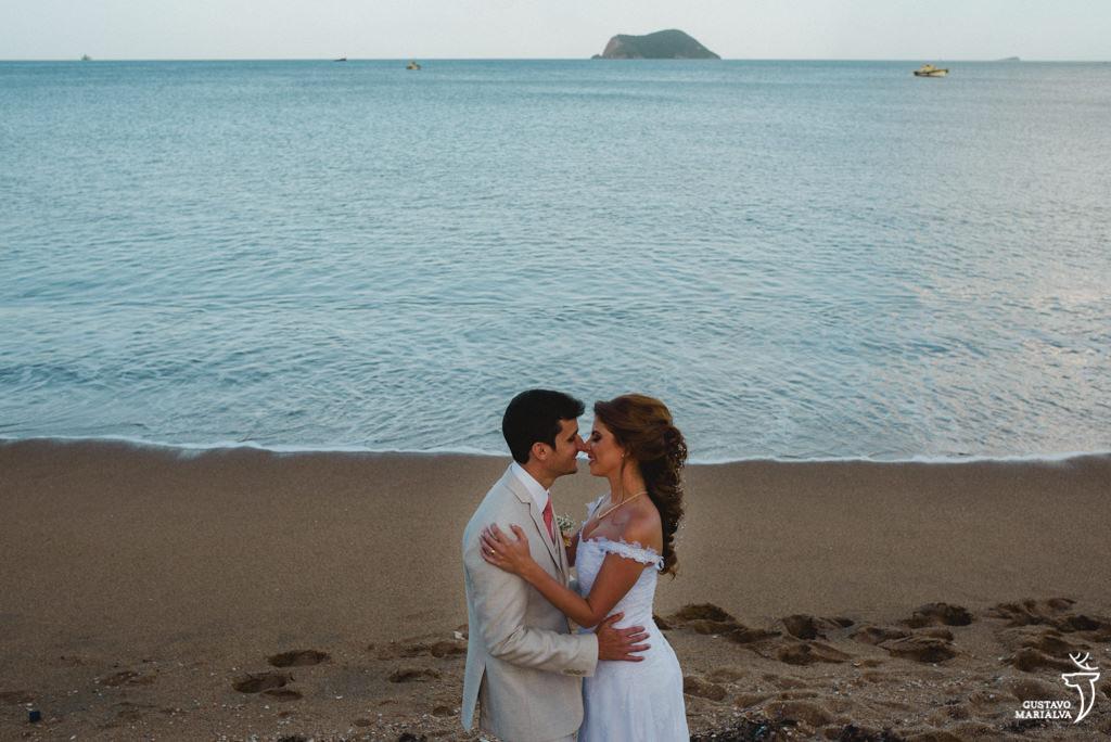 retrato dos noivos na praia