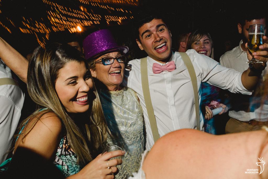 mãe e irmão do noivo dançando