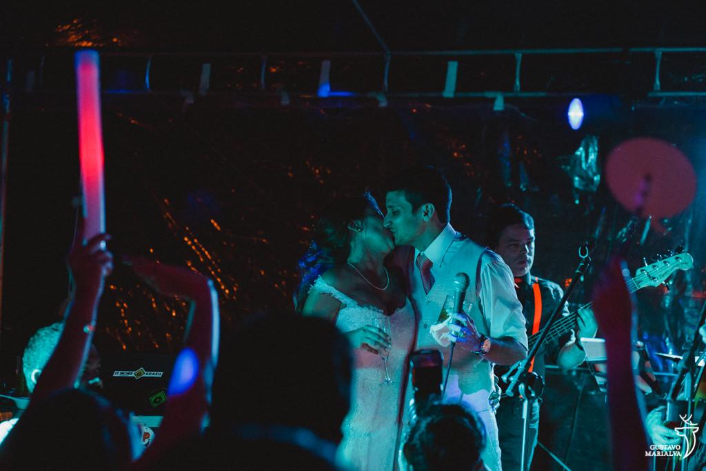 noivos se beijando em cima do palco