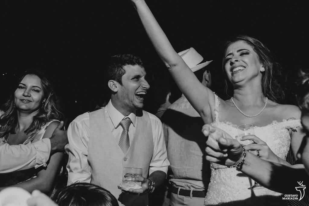noivos sorrido na festa de casamento