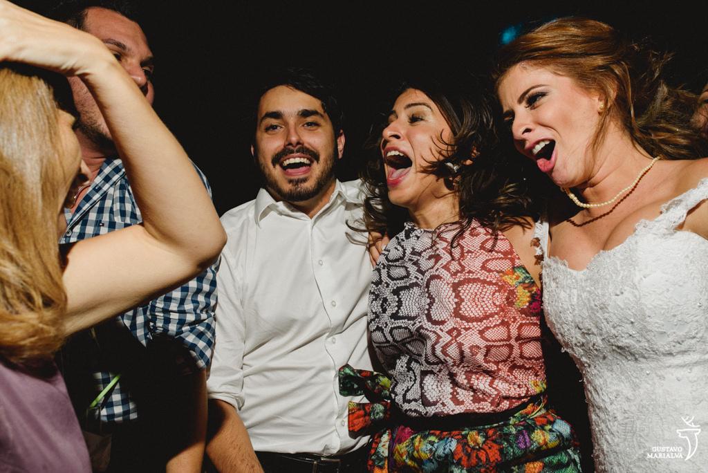 noiva e amigos cantando