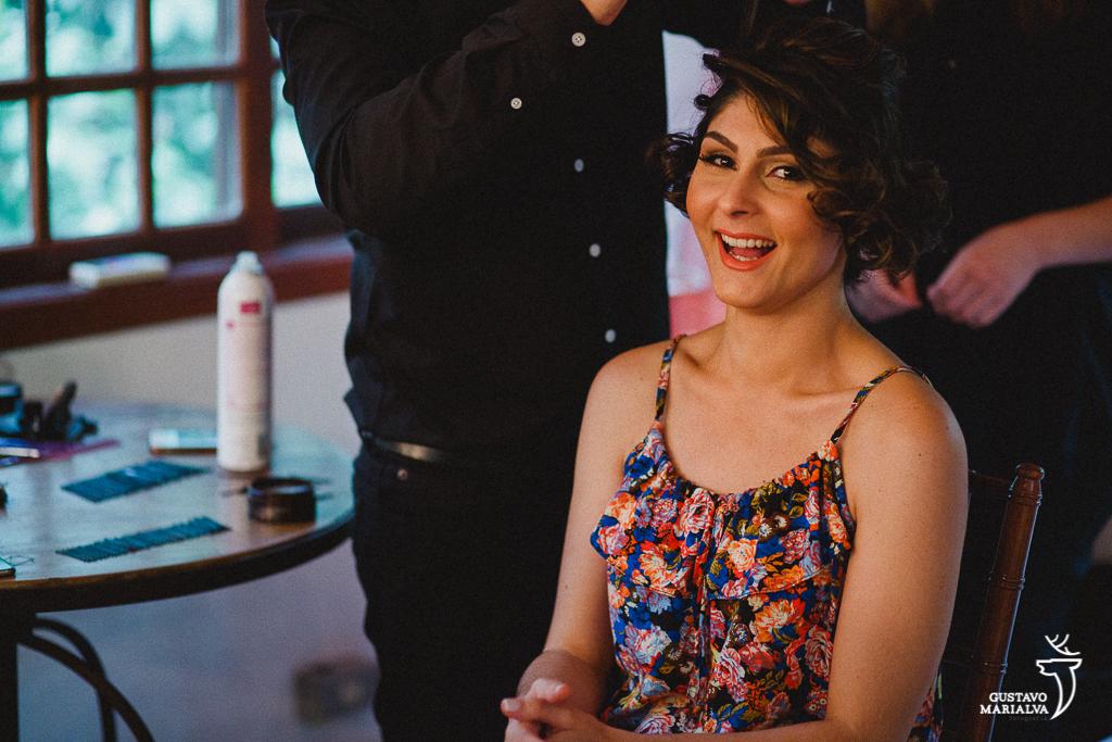 noiva sorrindo fazendo o cabelo