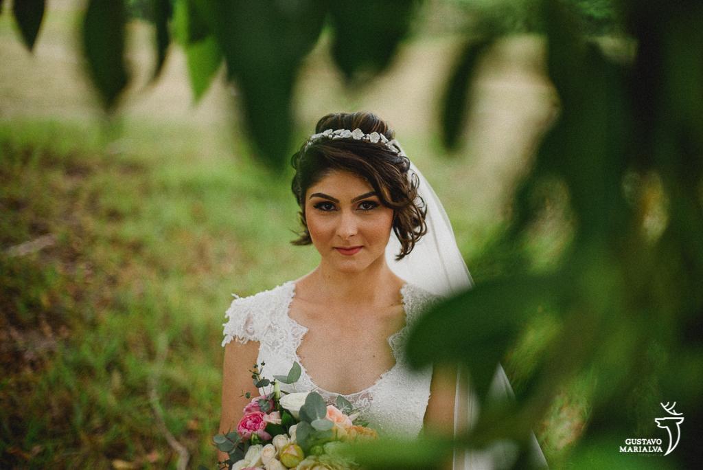 noiva posando para retrato no sitio meio do mato