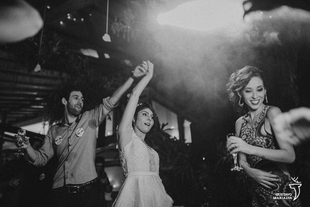 noiva dançando com amigo