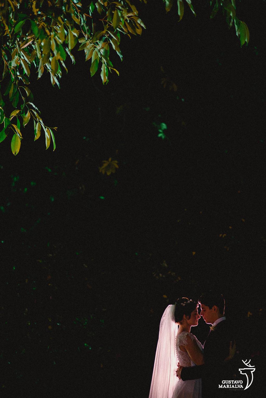noivos namorando no sitio meio do mato