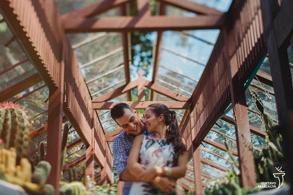 noivos abraçados e sorrindo durante book de casal