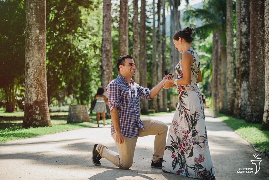 noivo pedindo a noiva em casamento