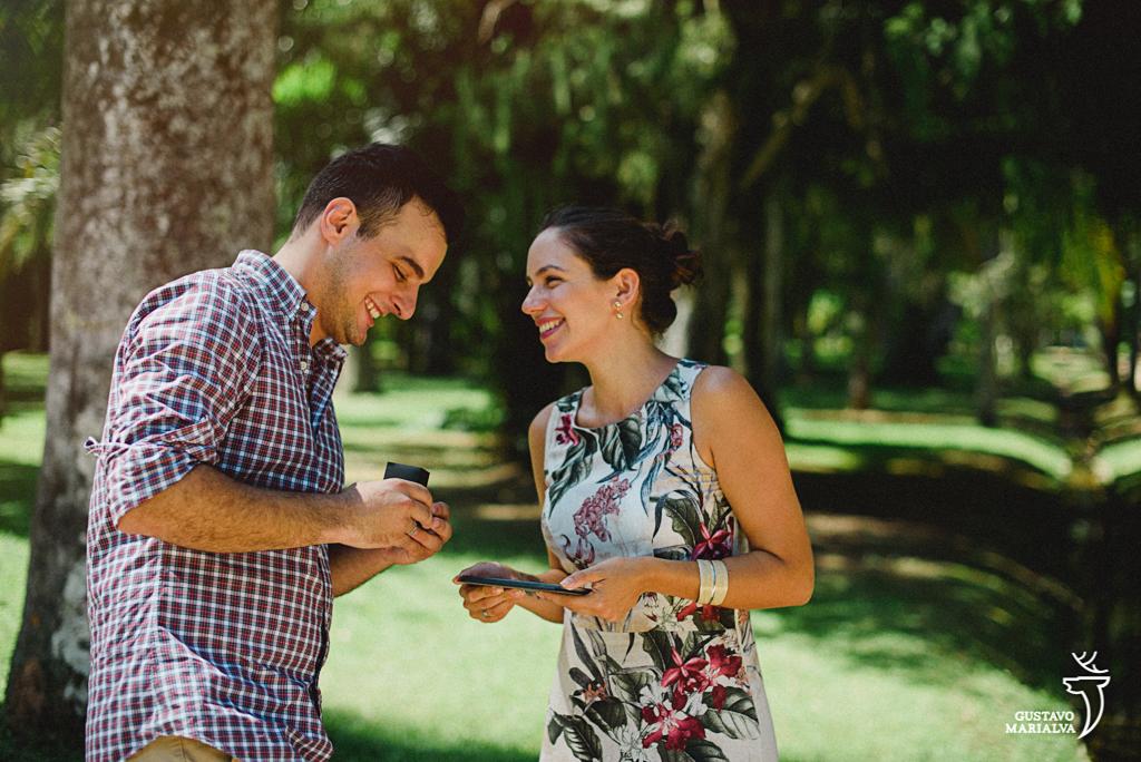 noivo mostrando as alianças para a noiva após pedi-la em casamento