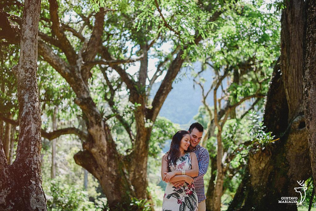 noivos abraçados no jardim botânico durante book de casal