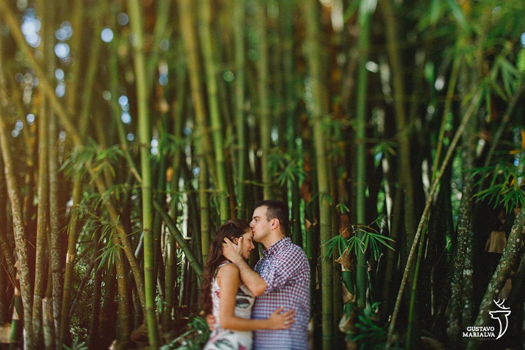 noivo beijando a testa da noiva durante book de casal