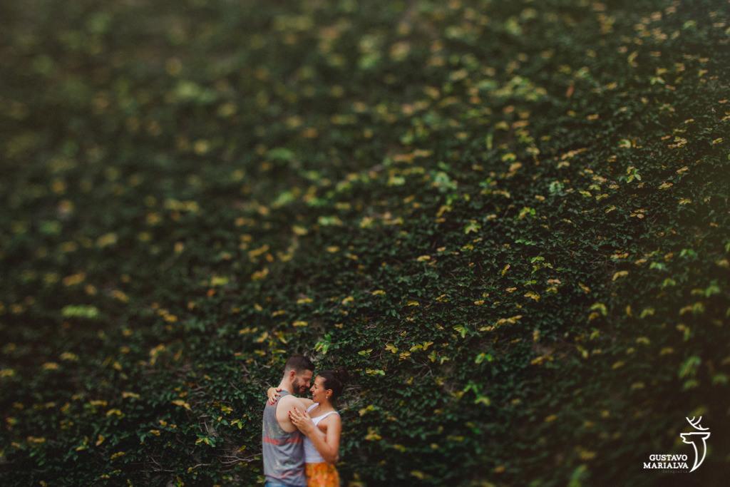 noivos abraçados posando para fotos do book de casal
