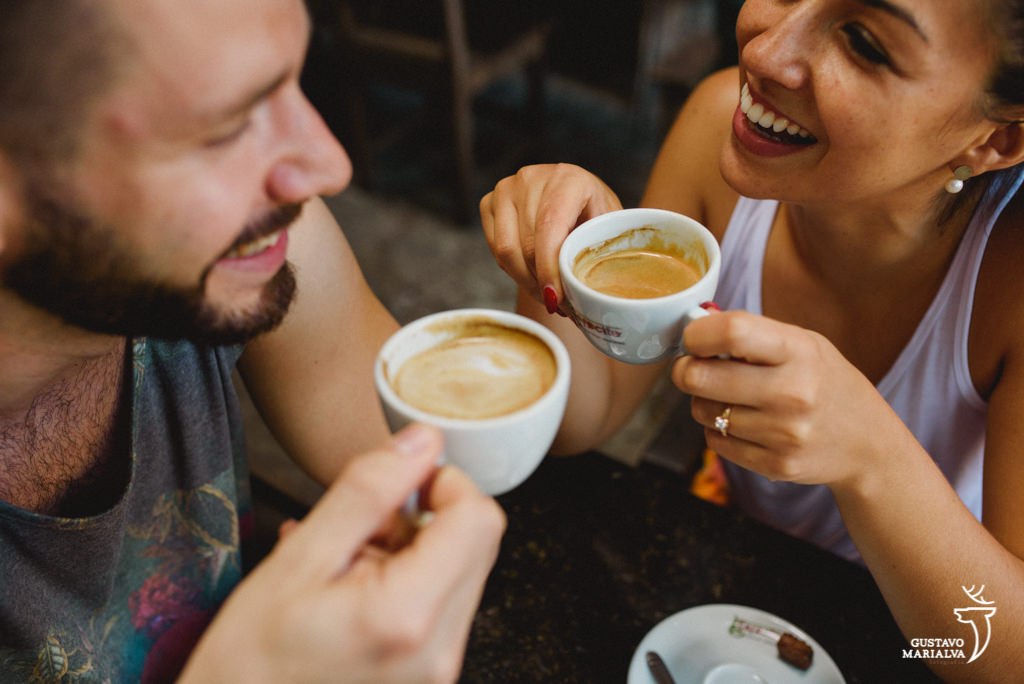 casal tomando café no book de casal em santa teresa