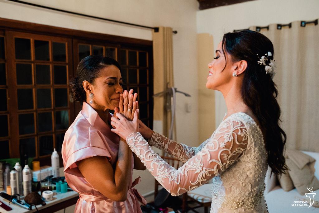 mãe chorando no making of do casamento