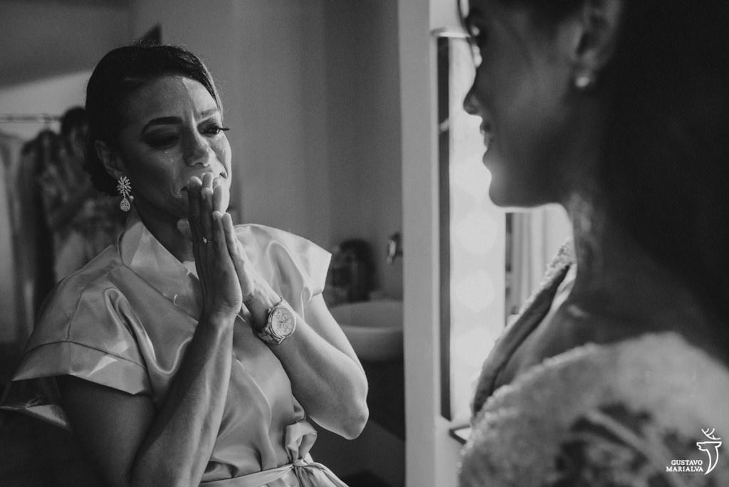 mãe chorando vendo a noiva pronta