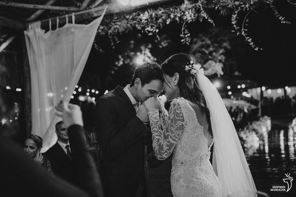 noivo beijando as mãos na noiva
