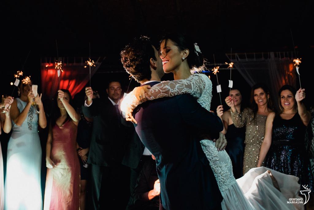 noivos dançando na festa de casamenton