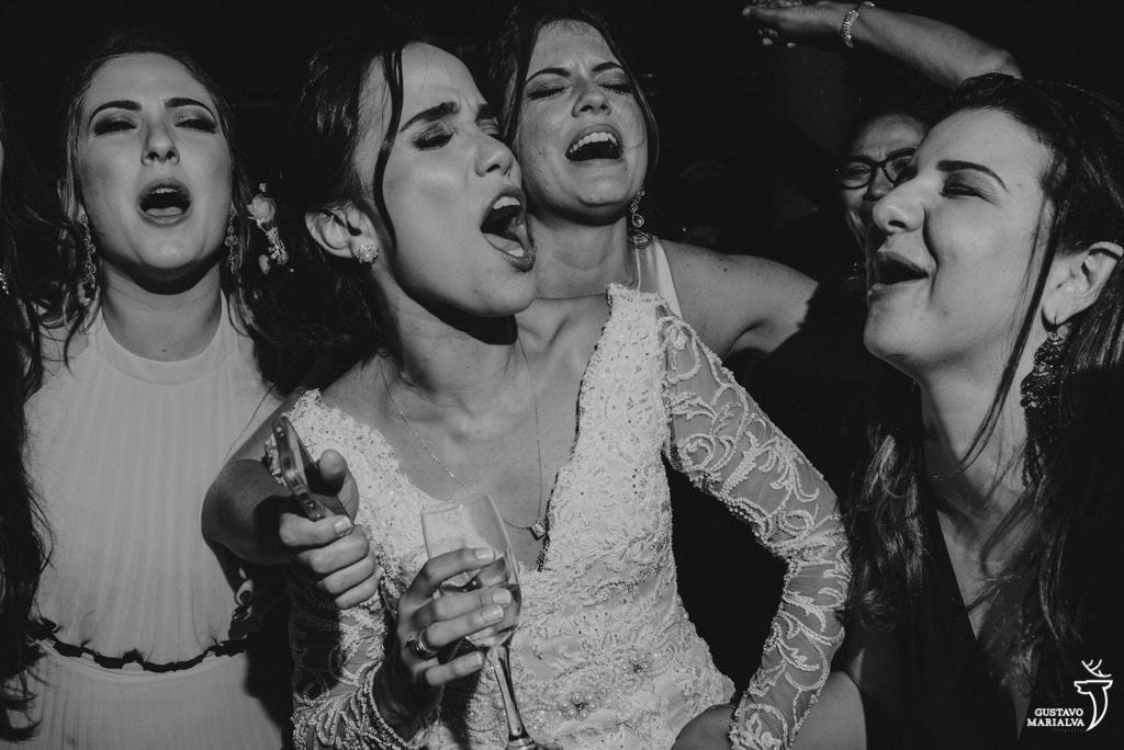 noiva e amigas cantando