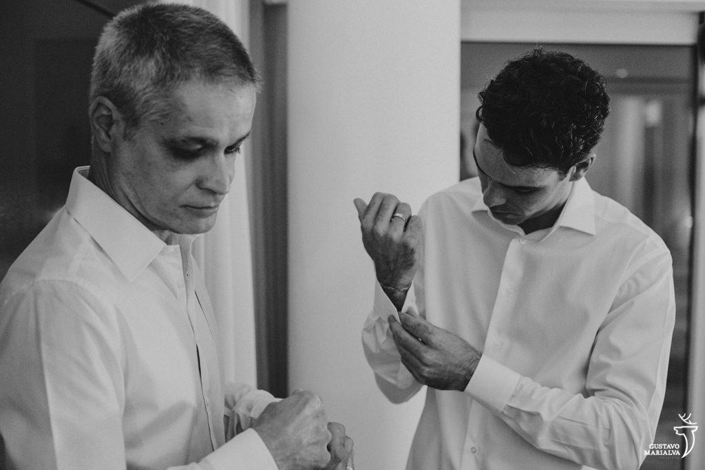 noivo e pai se arrumando para o casamento