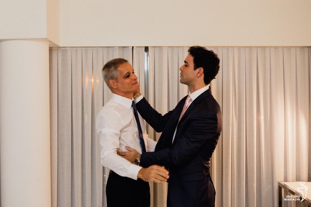 noivo e pai se abraçando