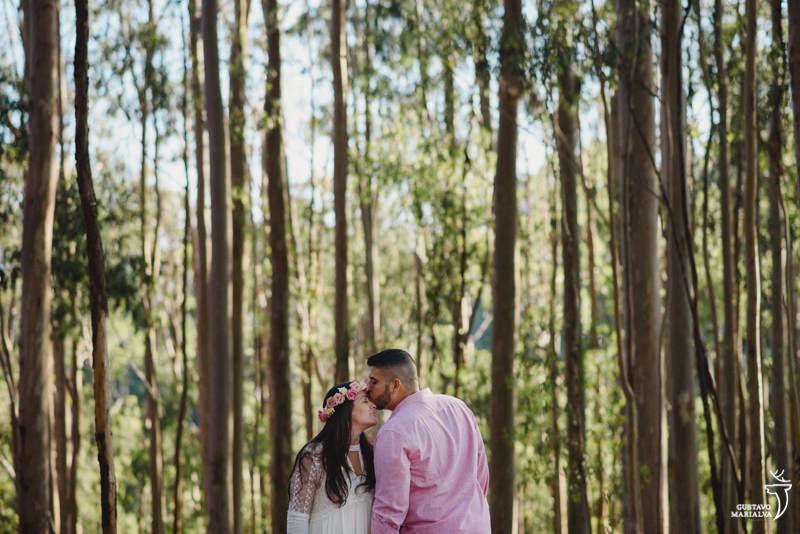 noivo beijandoa testa da noiva no book de casal